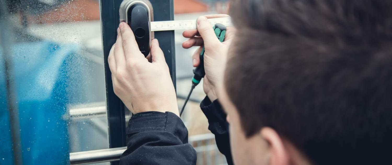 låsesmed installerer låse