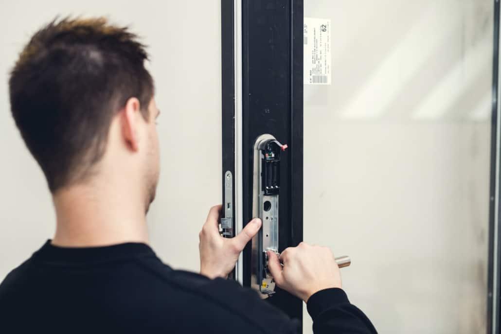 låsesmed til montering af låse