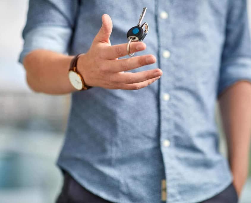 mand med nøgler til et digitalt låsesystem